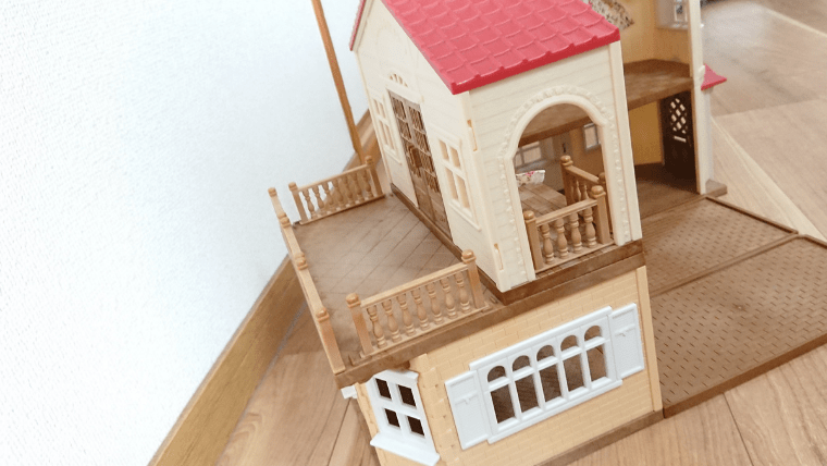 赤い屋根の大きなお家のテラス